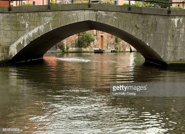 old bridge over canal in ghent belgium - lyn holly coorg stock-fotos und bilder