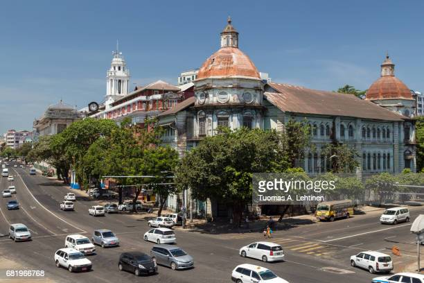 old british colonial era building at the corner of busy strand road and pansodan street in yangon (rangoon), myanmar (burma). - rangoon stockfoto's en -beelden