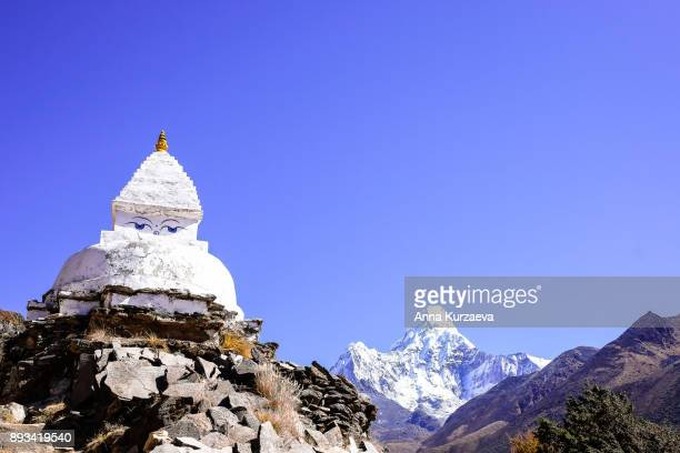 old buddhist stupa with mount ama dablam in background on the way to everest base camp, nepal - stupa stock pictures, royalty-free photos & images