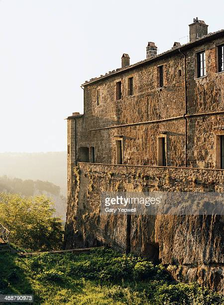 old buildings and city wall at sunset - yeowell foto e immagini stock