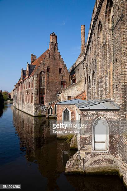 old buildings in canal - bourges imagens e fotografias de stock