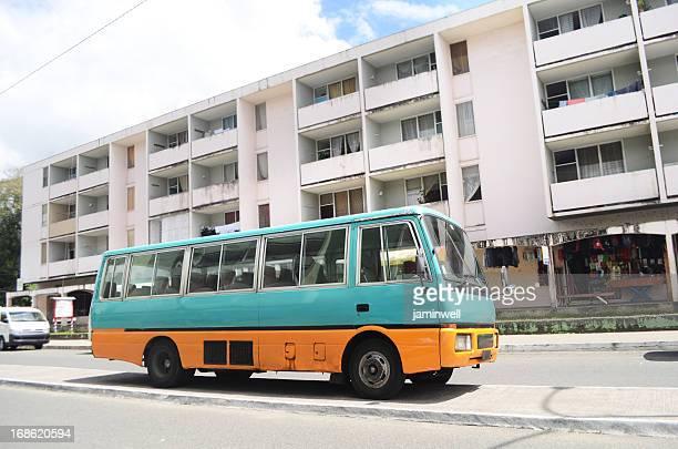 Vieux bus dans un environnement urbain