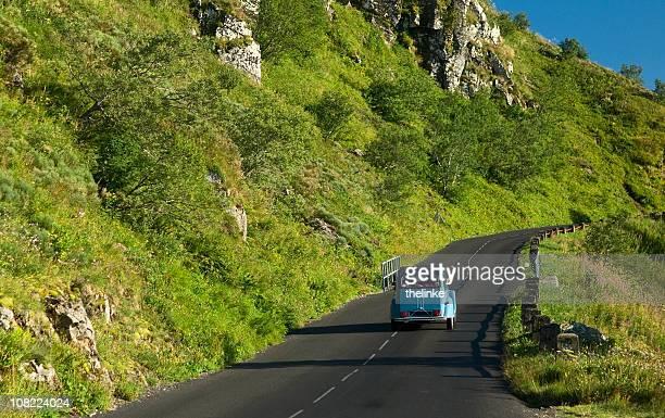 Vieille voiture sur une route de montagne