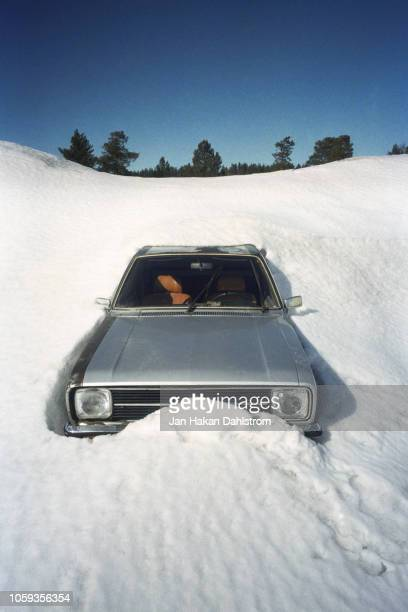 old car stuck in snowdrift - deep snow stock pictures, royalty-free photos & images