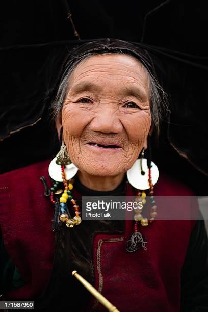 Alte chinesische Frau, zahnlosen Lächeln