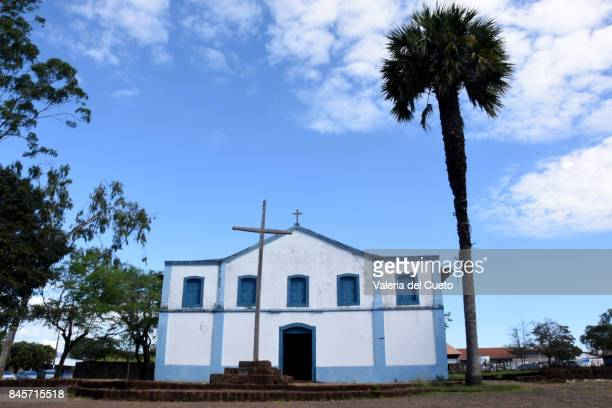 old church, old palm. chapada dos guimarães - sem fim... valéria del cueto stock pictures, royalty-free photos & images