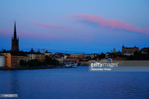 old city skyline at dusk, stockholm, sweden - iglesia de riddarholmen fotografías e imágenes de stock