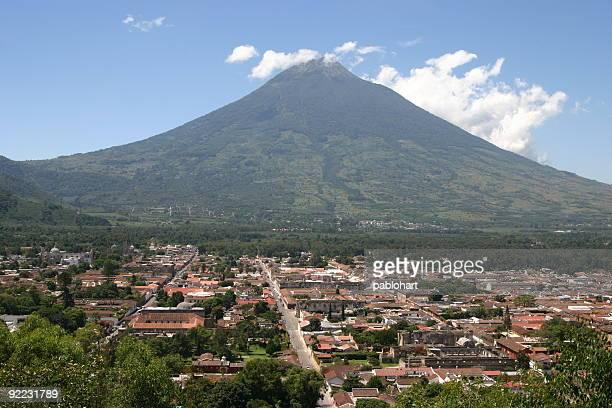 Casco antiguo de la ciudad y al volcán