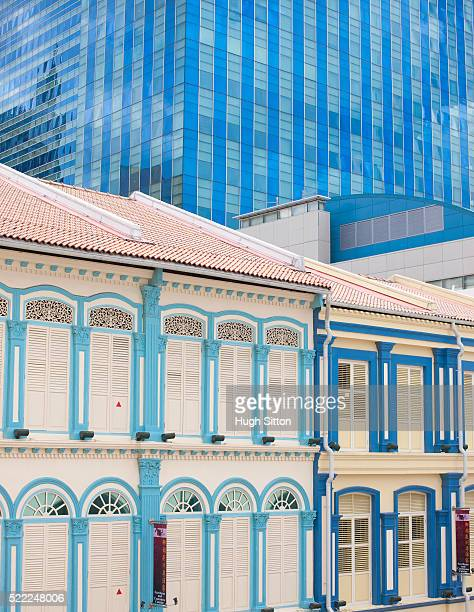 old colonial buildings in front of a modern glass building, singapore - hugh sitton stock pictures, royalty-free photos & images