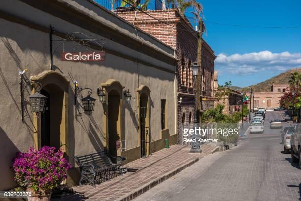 old colonial buildings on a back street in todos santos,mexico. - todos santos mexico fotografías e imágenes de stock