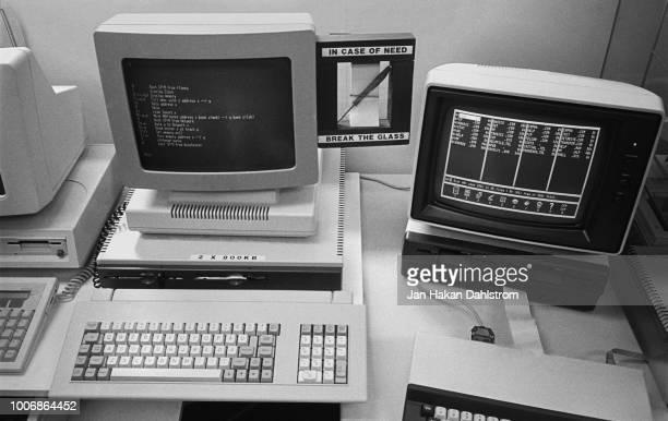 old computers on desk - vergangenheit stock-fotos und bilder