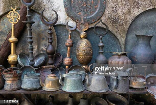 old copperware for sale in an outdoor stand. - emreturanphoto stock-fotos und bilder