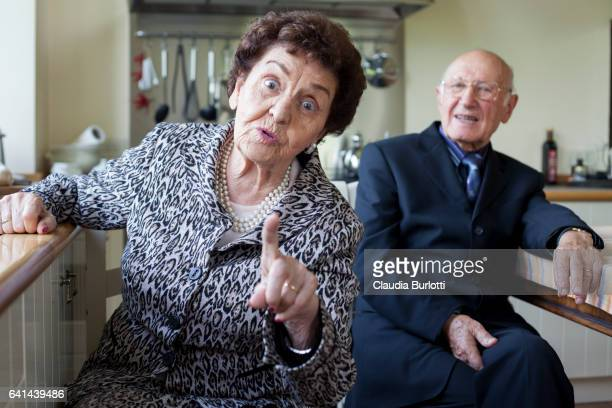 old couple in the kitchen - esprimere a gesti foto e immagini stock