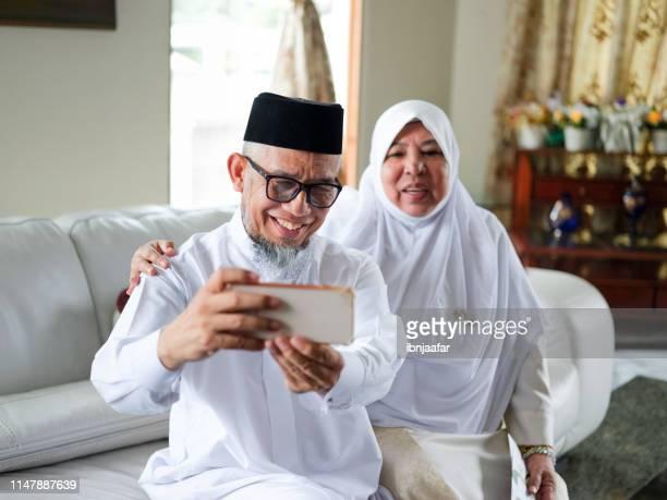 altes paar-selfie - eid al adha stock-fotos und bilder