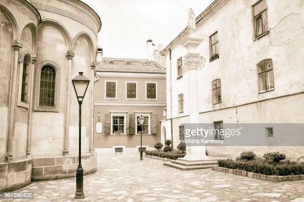 oude binnenplaats in de buurt van armeense virgin dormition mariakerk in lviv - sepiakleurig stockfoto's en -beelden