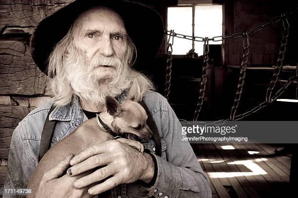 Cowboy anziano insieme al suo cagnolino