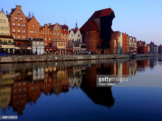 old crane and houses along motlawa river in gdansk - motlawa river stock pictures, royalty-free photos & images