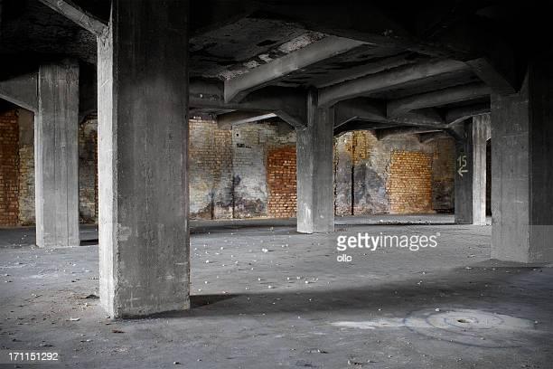 全壊とた古い工場の建物 - 遺跡 ストックフォトと画像