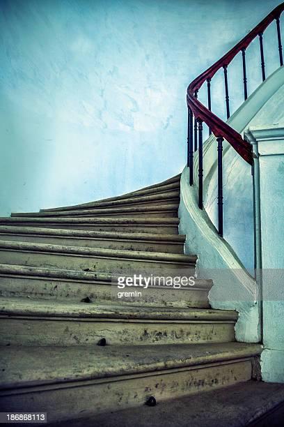 Vieux, derelict escaliers en pierre