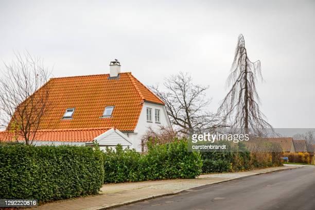 vecchia casa indipendente dietro una siepe - cultura danese foto e immagini stock