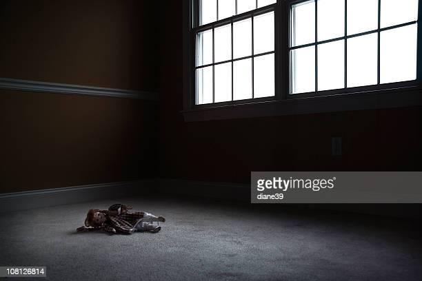 Old Puppe sitzt in leer, dunkel