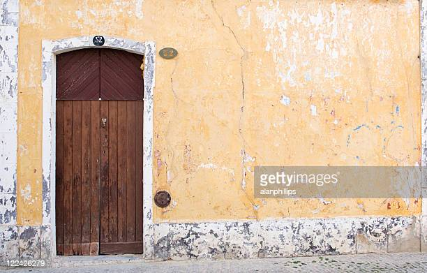velha porta em uma antiga parede. - descascado - fotografias e filmes do acervo