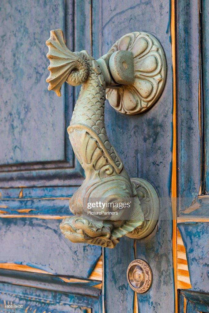 Old doorknocker en forma de pez : Foto de stock