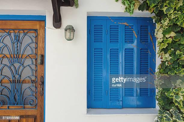 Vecchie porte e blu una finestra