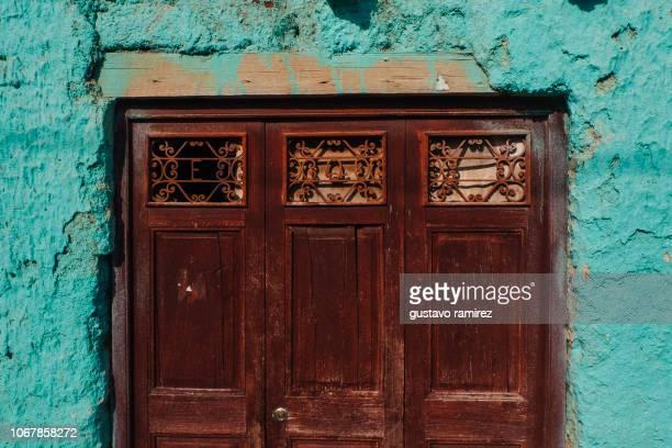 old doors with colored walls - lima região de lima - fotografias e filmes do acervo