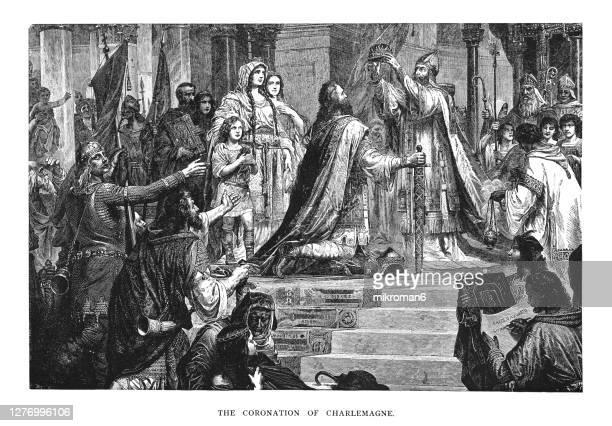 old engraved illustration of coronation of charlemagne, charles the great (800) by pope leo iii - koning koninklijk persoon stockfoto's en -beelden
