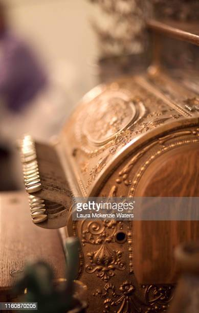 old fashioned cash register - laura guadagno foto e immagini stock