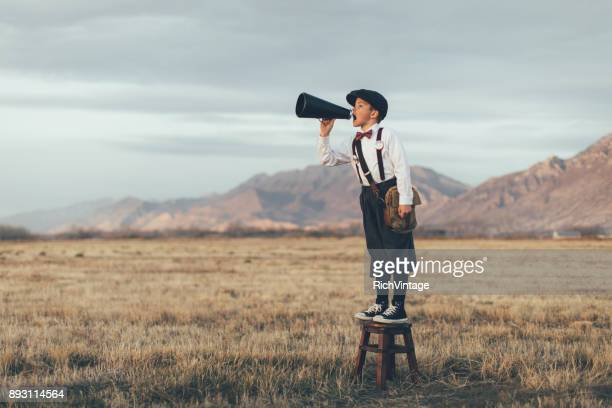 old fashioned news boy durch megaphon schreien - marketing stock-fotos und bilder