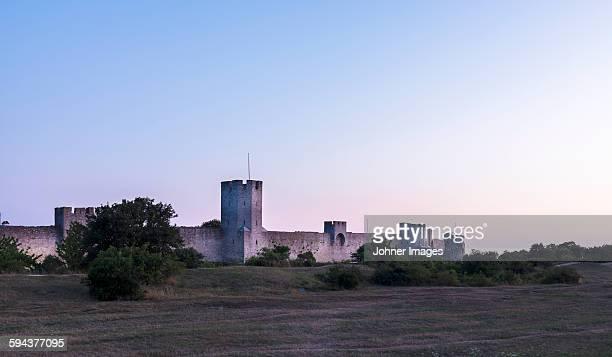 old fortified walls at dusk - gotland bildbanksfoton och bilder