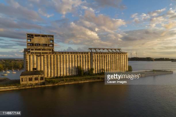 old grain elevators, wind turbines, lake erie, buffalo, new york - ニューヨーク州バッファロー市 ストックフォトと画像