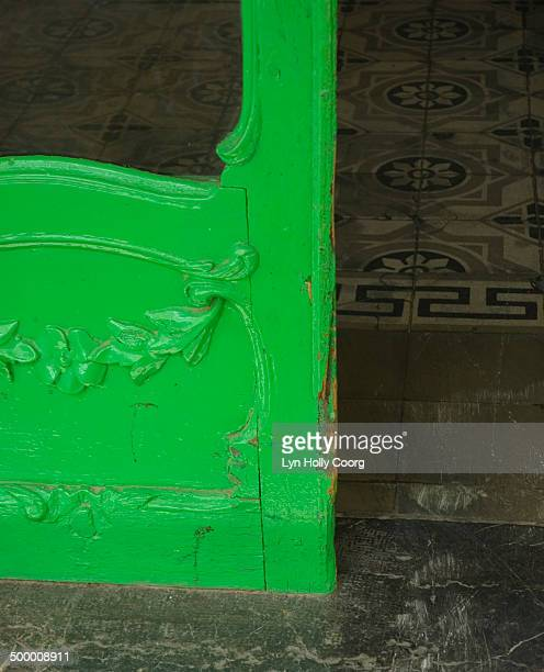 old green door leading to tiled hallway - lyn holly coorg photos et images de collection