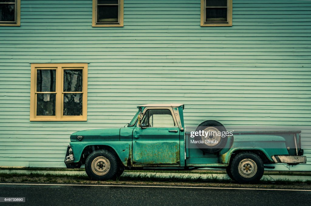 Old Green Truck against Green Building : Stockfoto