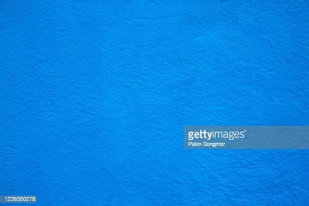 old grunge blue wall texture background. - peinture murale photos et images de collection