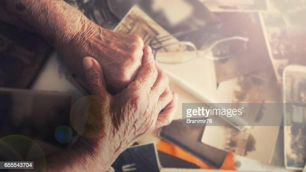 Routinier Großmutter mit ihren Erinnerungen