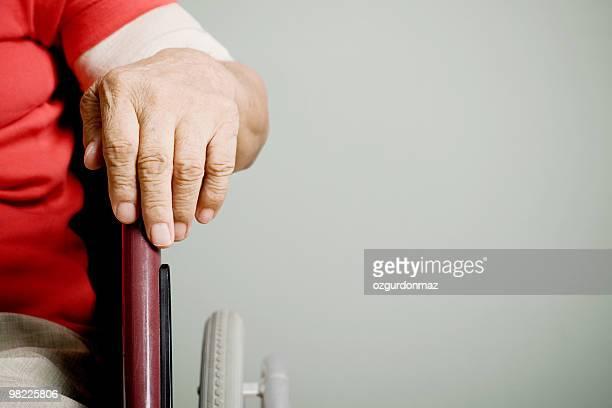 vecchia mano su sedia a rotelle - sezione centrale foto e immagini stock