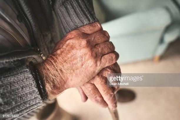 Old Hände mit walking stick