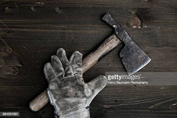 old hatchet and gardening glove on wood - heinz baumann photography stock-fotos und bilder