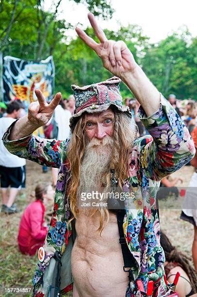 alter hippie und peace zeichen - senioren aktfotos stock-fotos und bilder