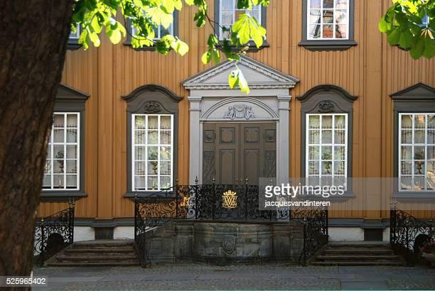antigua casa trondheim, noruega - trondheim fotografías e imágenes de stock