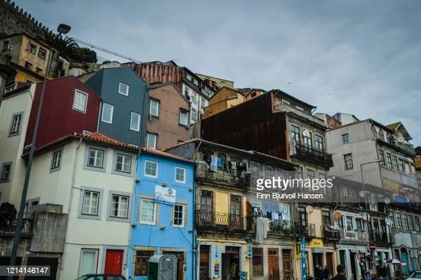 old houses at the bank of river douro porto portugal - finn bjurvoll stockfoto's en -beelden