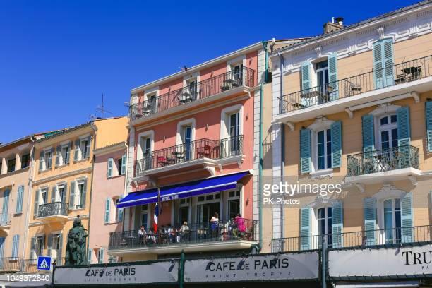 vieilles maisons aux façades jaunes et oranges, st. tropez, france - var photos et images de collection