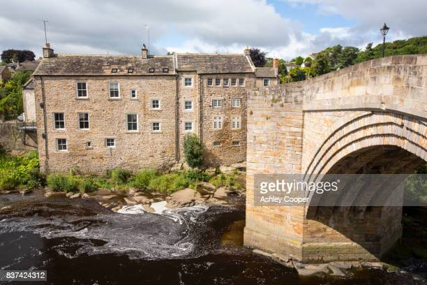 old housing and the county bridge crossing the river tees in barnard castle, county durham, uk. - barnard castle stock pictures, royalty-free photos & images