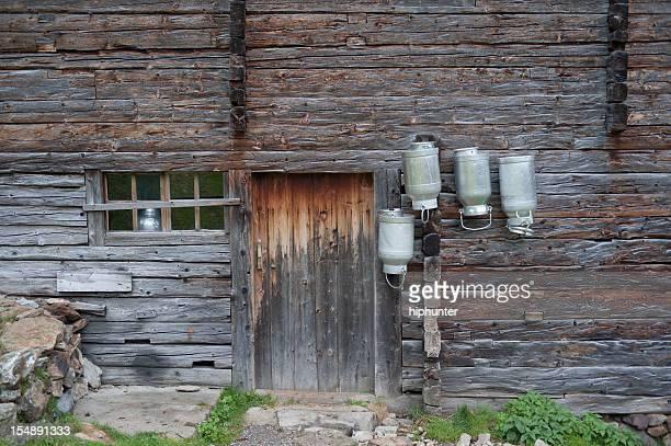 Old idyllischen Cowhouse mit Milchkanne