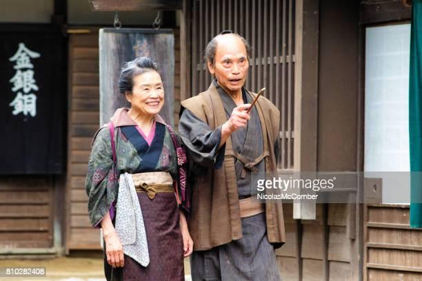 alte japanische paar in traditioneller kleidung zu lächeln, als sie edo dorf hinunter - look down stock-fotos und bilder