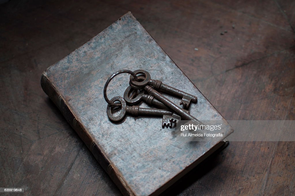 Old keys on top of an old book : Foto de stock