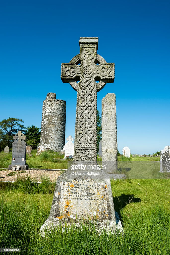 Old Kilcullen (Cill Chuilinn), County Kildare, Leinster province, Ireland, Europe. Decorated High Cross and Round Tower in the old historic graveyard. : Foto de stock